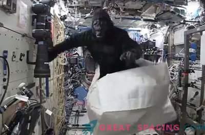 Астронавт се шегува с маймуна на космическа станция