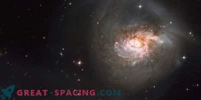 """Галактическия сблъсък създаде """"космическа роза"""""""