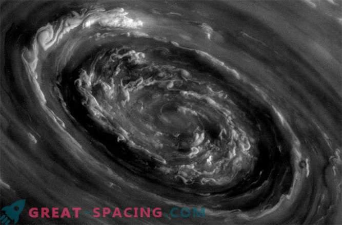 Гръмотевични бури на Сатурн могат да бъдат причинени от огромни полярни циклони