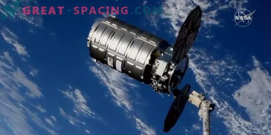 Товарен кораб Cygnus изважда боклука от МКС