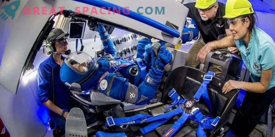 Boeing демонстрира примамливи космически костюми за астронавти