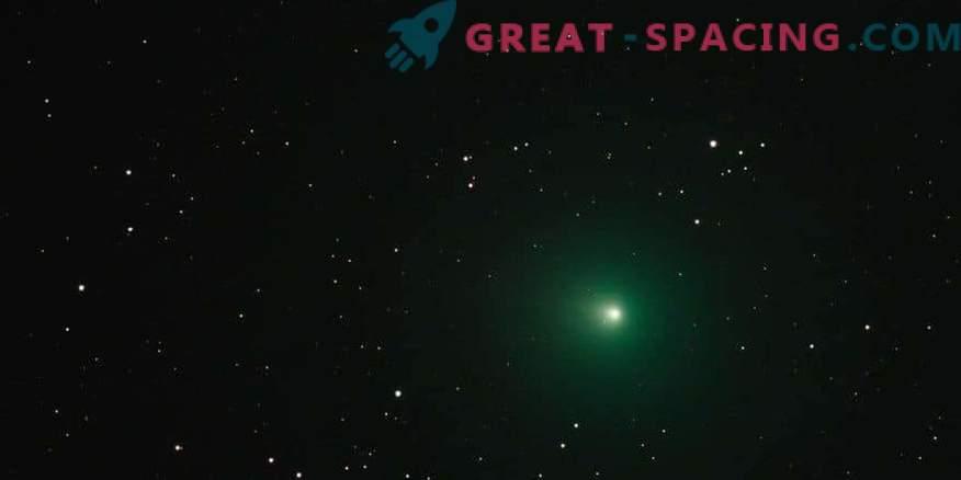 Защо коледната комета изглежда зелена?
