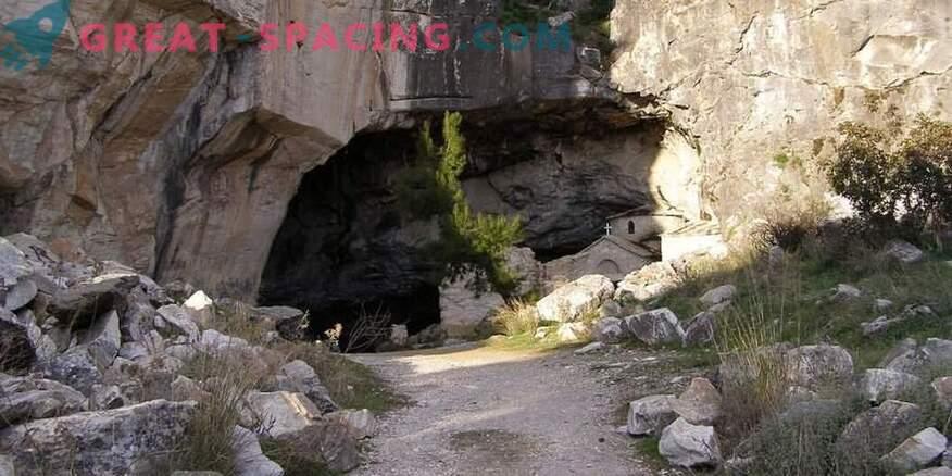 Странна дейност в пещерата Davelis. Научно обяснение и версии на уфолозите