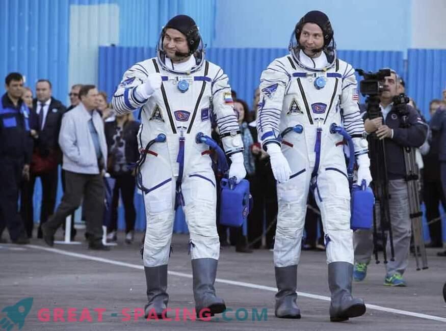 Астронавтите оцеляха при аварийно кацане.